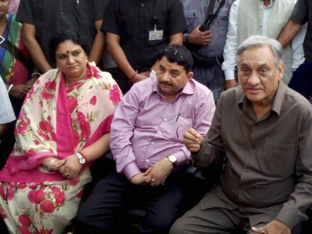 Rebel Congress leader Vijay Bahuguna with his supporters at his residence in Dehradun. The Uttarakhand HC on Monday decided to uphold the speaker's decision to disqualify the nine rebel Congress MLAs before the floor test.