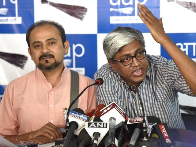 Ashutosh (Spokesperson of Aam Aadmi Party) along with Dilip Pandey( AAP leader) addressing press conference.