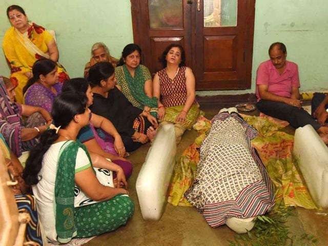 Family members of Aditya Sachdeva who was allegedly shot dead by MLC Manorama Yadav's son, at her residence in Gaya on Sunday. HT Photo.