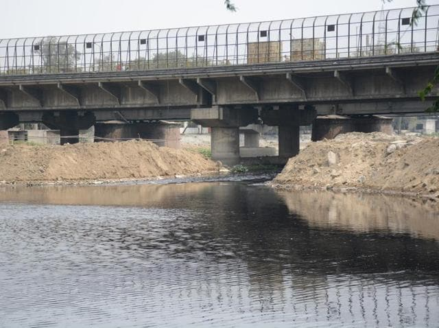 Environmentalists say only a small stream is allowed to flow below the river Hindon Bridge. DMRC has dumped tonnes of soil on the river banks. This is leading to pollution, damage of ecology and will pose problems during the approaching monsoon season.