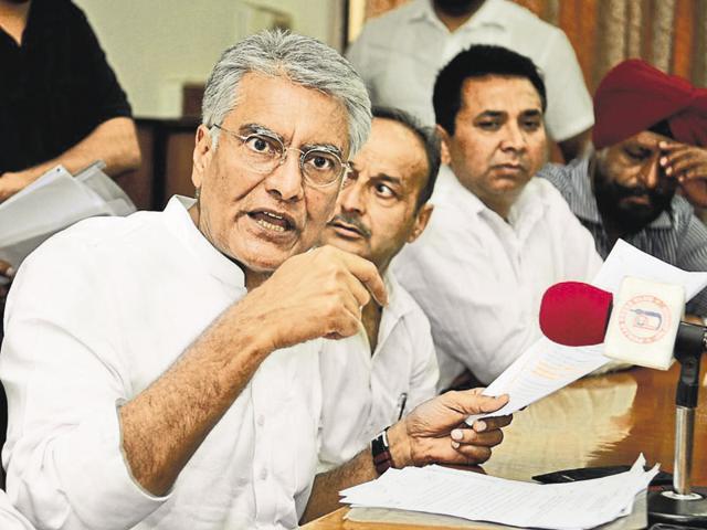 Senior Congress leader Sunil Jakhar talking to mediapersons at Jalandhar on Monday.