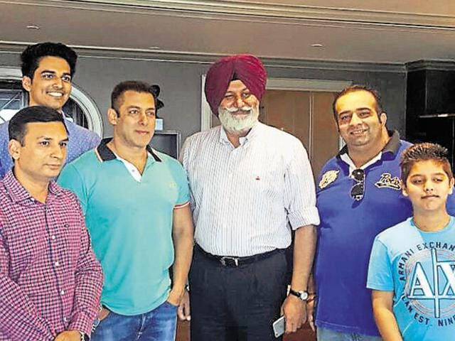 Deputy commissioner Ravi Bhagat (left) and police commissioner Jatinder Singh Aulakh (red turban) and fans with Salman Khan in Ludhiana on Monday.