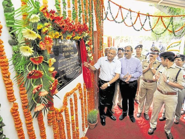 The DGP (left) inaugurates the centre as DM NP Singh (second from left) and SSP Kiran Sivakumar (right) look on.