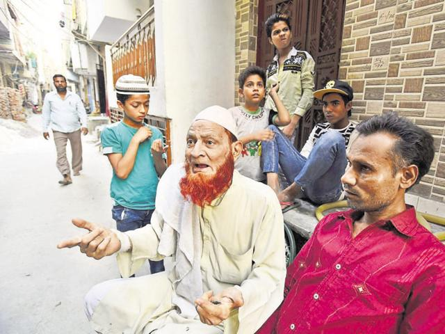 Tayyab (in kurta) said his brother Sajid has done no wrong and has not complained of any police torture.