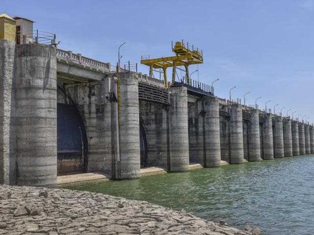 The Jayakwadi dam in Aurangabad has hit dead storage.(Satish Bate/HT)