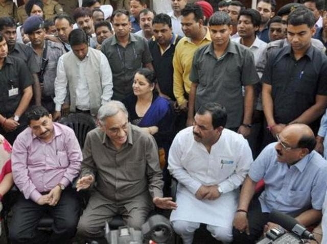 Former Uttarakhand chief minister Vijay Bahuguna along with other rebel Congress MLAs interact with journalists in Dehradun.