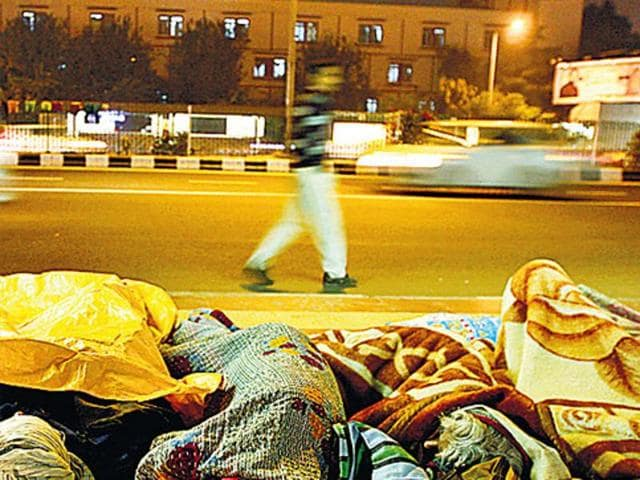 Shortage of shelters force many homeless people to sleep out in the open.(Arun Sharma/Hindustan Times)