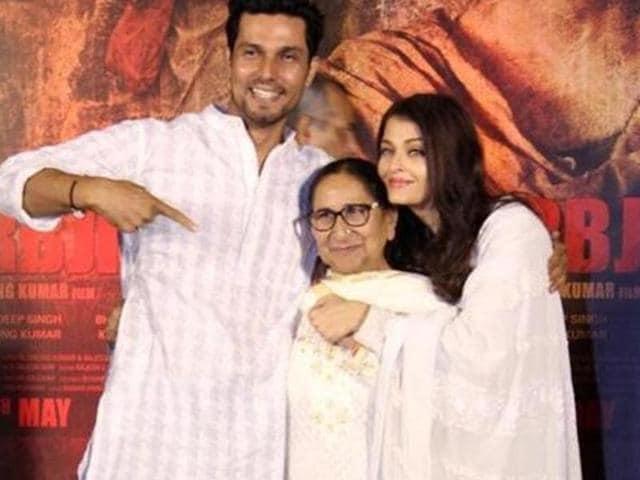 Actors Randeep Hooda and Aishwary Rai Bachchan with Sarabjit Singh's sister Dalbir Kaur