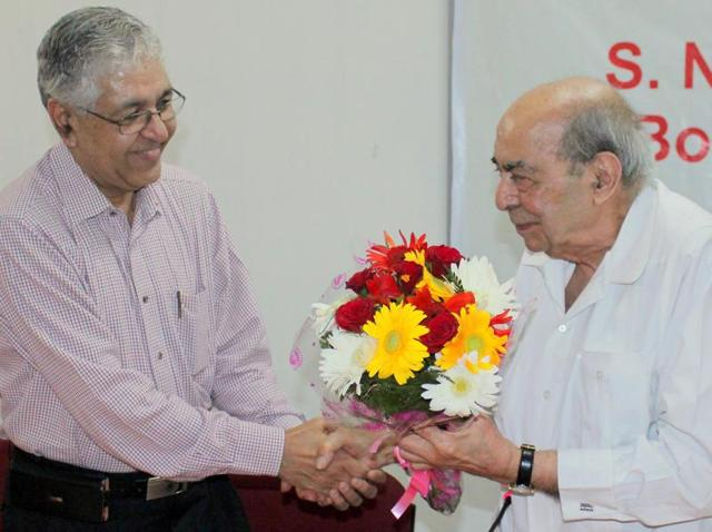 Journalist Surendra Nihal Singh, along with Panjab University vice-chancellor Arum Kumar Grover, on the university campus in Chandigarh on Wednesday.