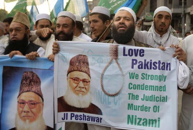Supporters of Pakistani religious party Jamaat-e-Islami in Karachi condemn the execution of Motiur Motiur Rahman Nizami  on Wednesday.