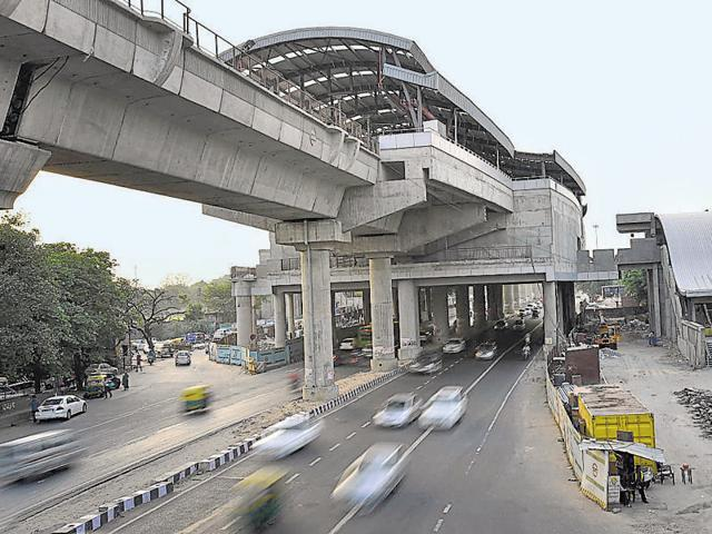 The Mukundpur (Majlis Park)–Shiv Vihar line 7 of Delhi metro, the longest of its network, is under construction and will have a station at Dhaula Kuan.