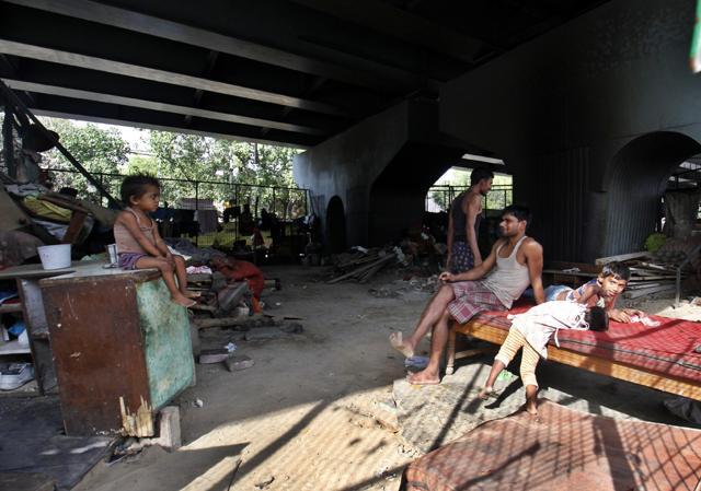 Ber Sarai flyover looks like an ill-maintained, open-air shelter home.(Sanchit Khanna/ HT Photos)