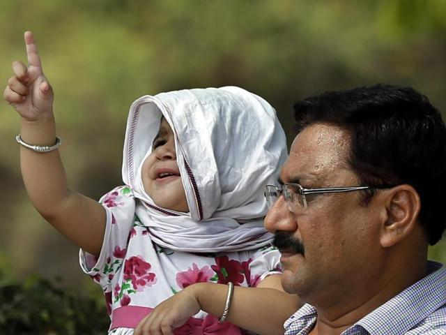Heat takes a toll as temperature remains high during the day. (Photo by Ravi Choudhary/ Hindustan Times)