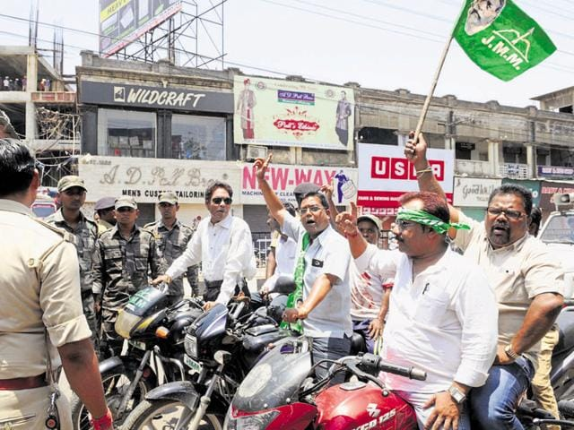 JMM workers enforcing the bandh in Ranchi, even as policemen look on.