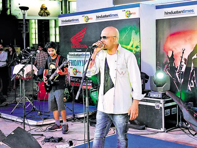 Nasya band performed a number of famous songs, including 'sayonee' and 'har kisi ko'.