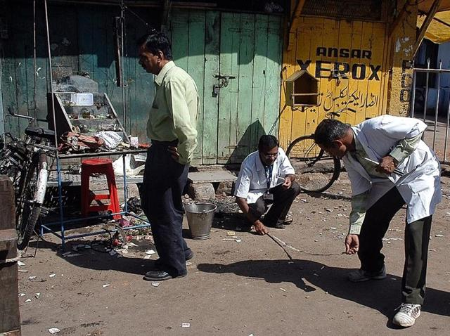Forensic experts search for clues at the blast site in Malegaon in this photo taken on September 30, 2008. (AFP)