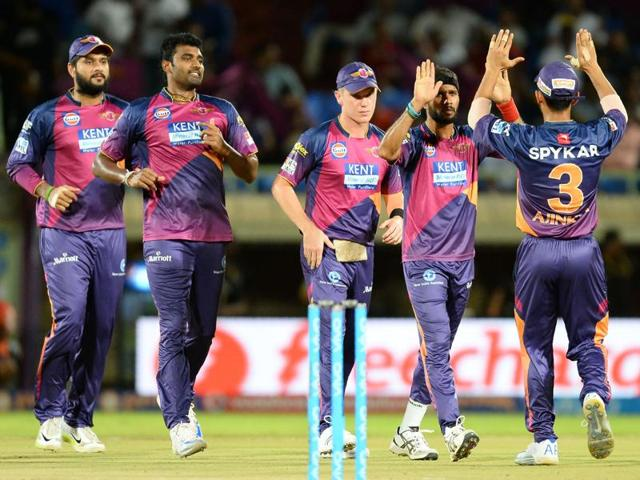 Rising Pune Supergiants bowler Ashok Dinda (C) celebrates with teammates.