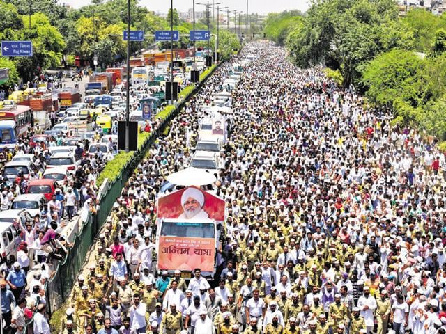 Thousands of devotees joined the funeral procession of spiritual leader and head of Sant Nirankari Mission Baba Hardev Singh who died in a road accident in Canada.