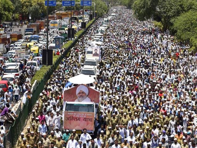 Thousands of devotees joined the funeral procession of departed Sant Nirankari Mission head Baba Hardev Singh as it proceeded towards the Nigam Bodh Crematorium Ground in New Delhi.