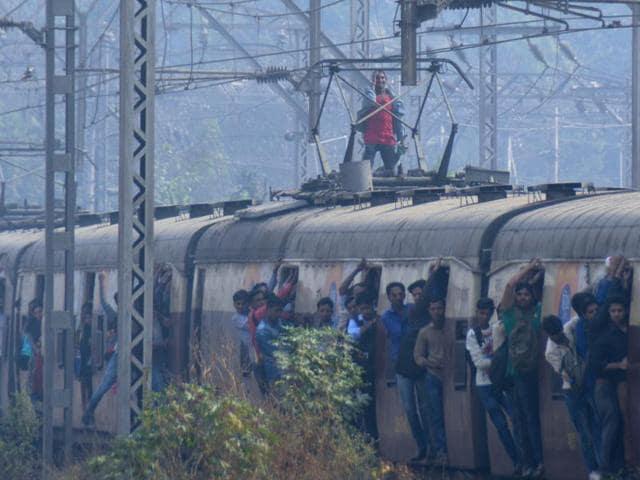 Mumbai,Cops,Rooftop travelling
