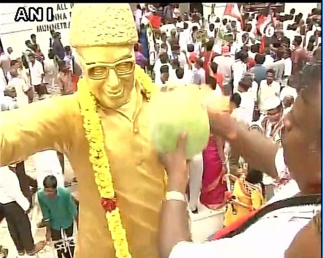 AIADMK supporters make offerings,worship statue of MG Ramachandran at AIADMK HQ in Tamil Nadu