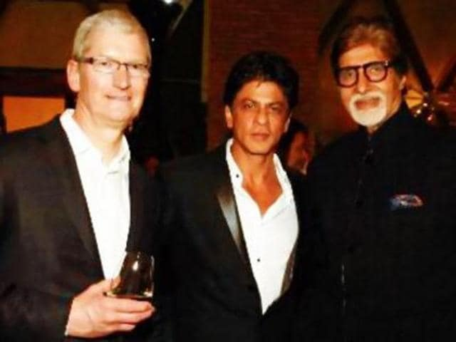 Tim Cook, SRK and Big B at a party. (Twitter)