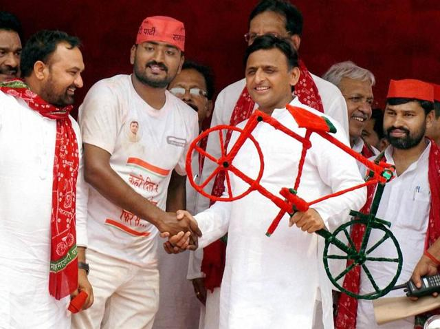 Uttar Pradesh chief minister Akhilesh Yadav shares stage with SamajwadiParty workers at a public meeting in Ballia.