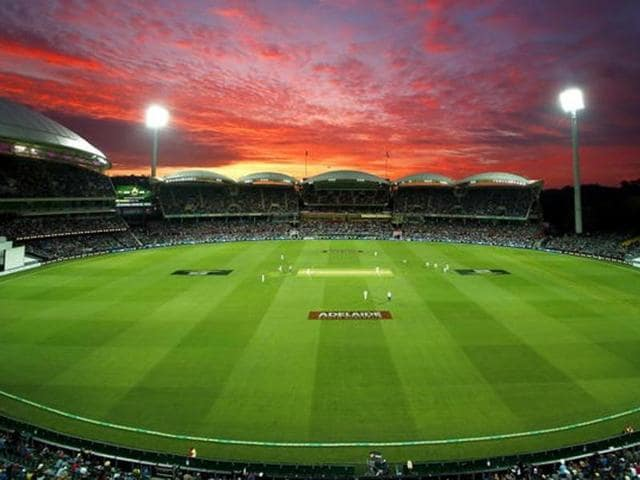 New Zealand's Tim Southee bowls as the sun sets during the first day of the third cricket test match against Australia at the Adelaide Oval, in South Australia, November 27, 2015. REUTERS/David Gray