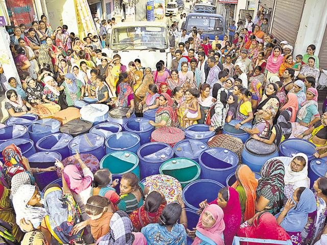 Residents blocked the way of Jal Board tankers with their plastic cans and clashed with police.