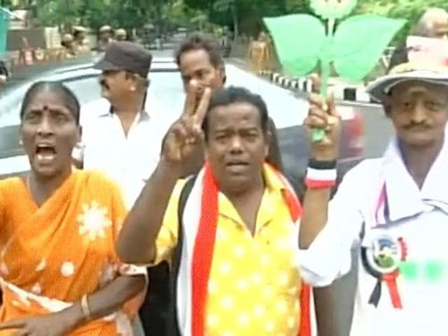 TN elections: Celebrations at Poes Garden, unsmiling faces at Gopalapuram