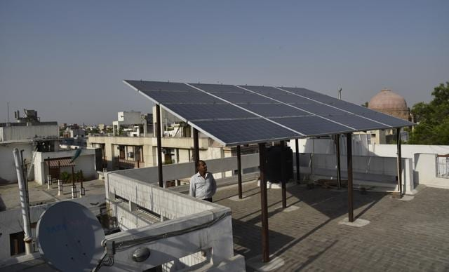 Net metering is a special metering and billing agreement between power utilities and consumers that connects renewable energy generating systems to the discoms' network and allows consumers to export surplus power to the grid which helps reduce their electricity bills.