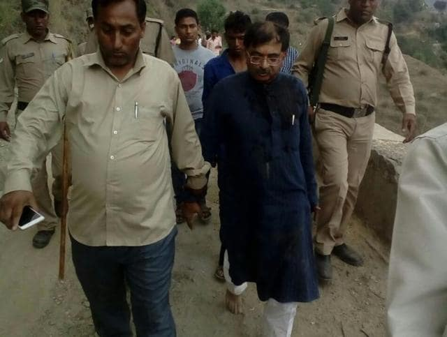 BJP's Tarun Vijay (centre) being escorted by policemen after the attack.(HT Photo)