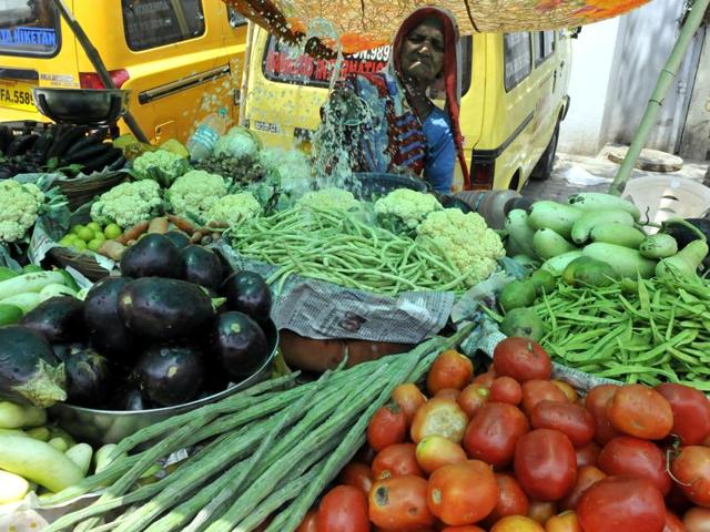 vegetable prices,heat wave hits vegetable supplies in MP,hike in prices of vegetables