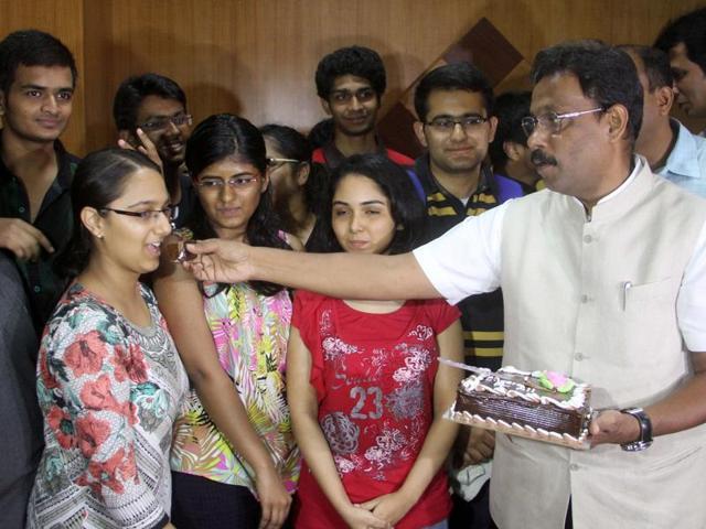 Mumbai, India - 20 May. 2016: Education Minister of Maharashtra Mr. Vinod Tawde along with NEET student celebrate by cake cutting at Bal Bhavan,charniroad,regarding NEET exam which was deferred this year for the Maharashtra student in Mumbai, India, on Friday, May 20, 2016. (Photo by Bhushan Koyande/HT)