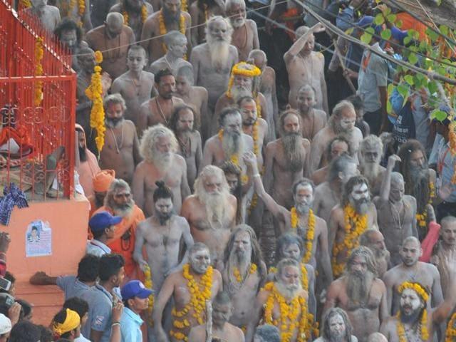 Naga sadhus take holy dips in River Kshipra on the occasion of the last shahi snan in Ujjain on Saturday.(Shankar MouryaHT)