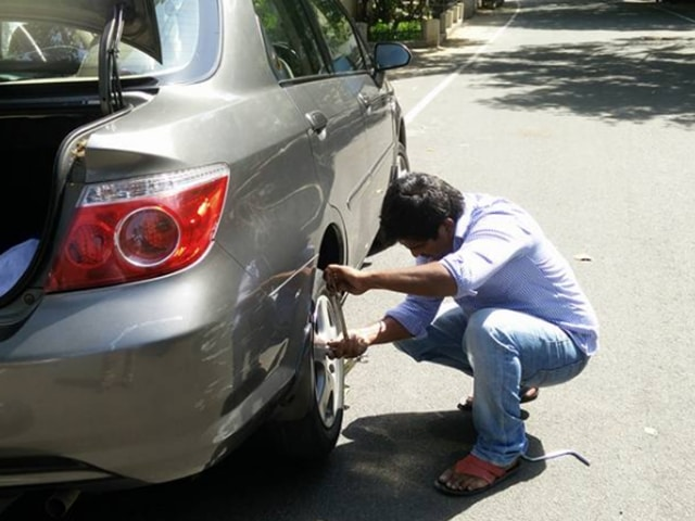 Dhinesh Kumar, who found that his cab was hailed only because someone had a flat tire, fixed the spare tire instead of picking up the ride, leaving behind a very pleased and grateful customer nevertheless