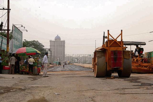 Officials said that the authority is preparing an alternative route so that commuters from Noida to NH-24 can take a left from the Electronic City turn near Sector 62.