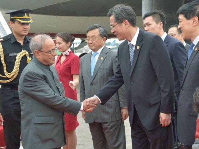 President Pranab Mukherjee is received by vice-governor of Guangdong He Zhongyou  upon his arrival in China.