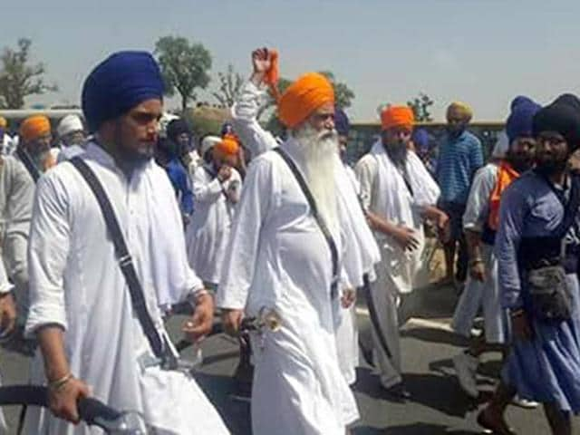 Amid heavy security arrangements, Sikh radicals from across the state started gathering on the bridge early morning.(HT Photo)