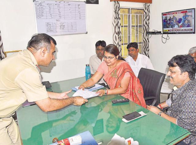 Former Jaipur mayor Jyoti Khandelwal submits her complaint at a police station on Wednesday.