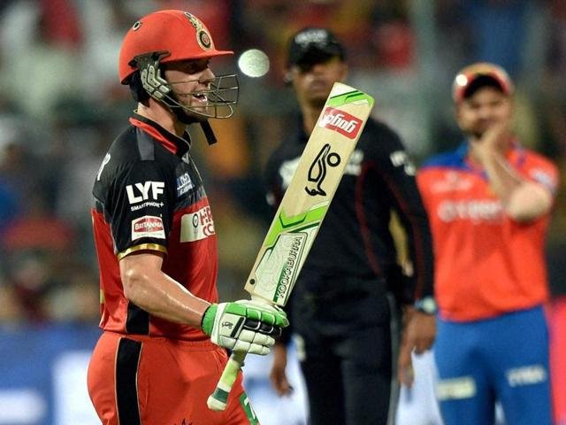 Iqbal Abdulla (centre) took the pressure off AB de Villiers  by hitting boundaries at the right time.