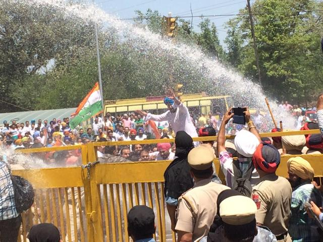 Initially, police used water cannons in a bid to disperse the 500-strong crowd. Subsequently, they resorted to mild lathicharge.