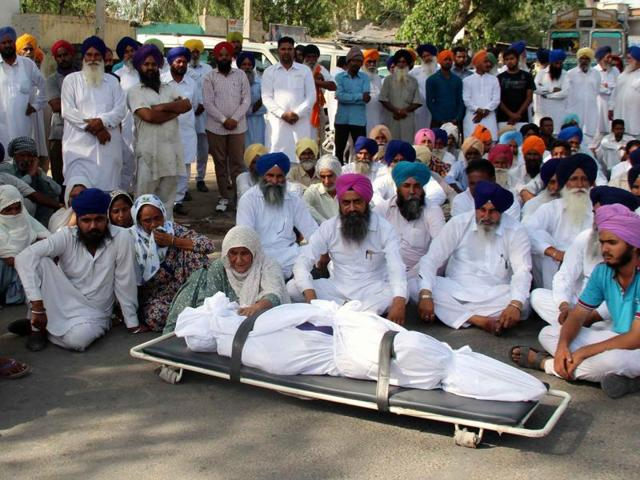 Family members of deceased Kartar Singh protesting in Moga on Friday.(HT Photo)