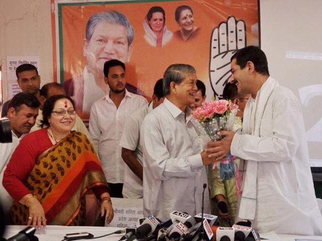 Uttarakhand chief minister Harish Rawat welcomes Jitendra Singh at Congress office in Dehradun on Thursday.