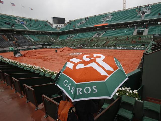 Roland Garros will not see a roof built over its showpiece Philippe Chatrier Court until 2020 at the earliest.