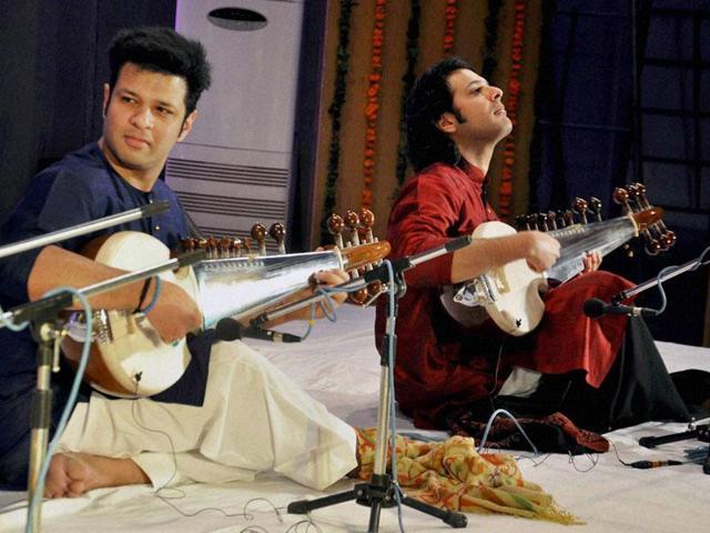 Ayaan Ali Khan (left) alongwith Ustad Amjad Ali Khan and brother Amaan Ali Khan.