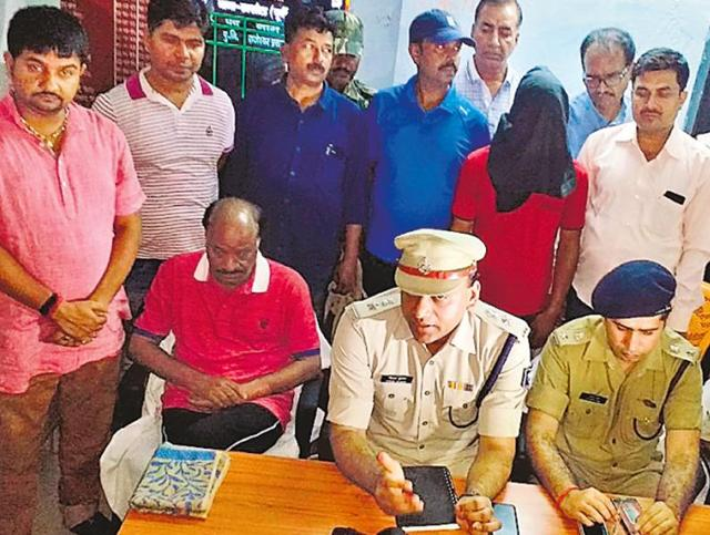 Senior police officials with abducted Nepalese industrialist Suresh Kedia, who was rescued from Kotwa in East Champaran.