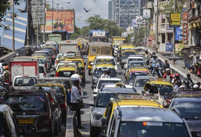 The stretch between Mahim and Lower Parel remained congested soon after the coach derailment at Lower Parel on Tuesday
