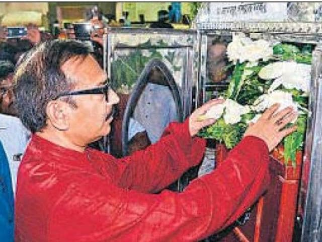 Sports minister Arup Biswas paying floral tributes to Subhas Pal, who died on way to Everest.