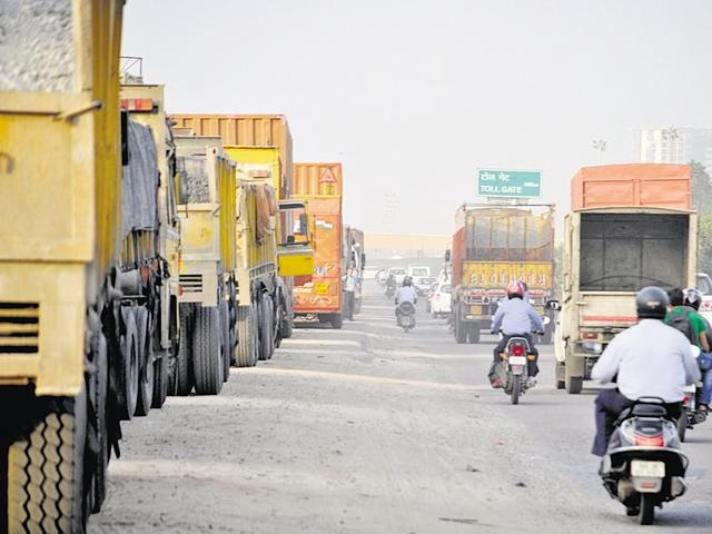 Trucks wait in the service lanes and along the expressway until the no-entry to Gurgaon rule is relaxed at 8:30pm.